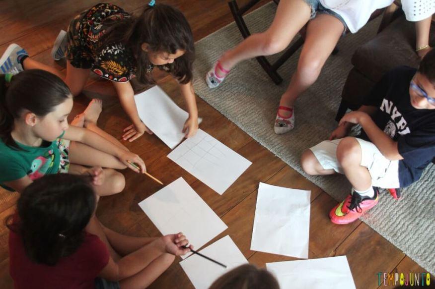 Prepare-se para se divertir nesta brincadeira para um grupo de crianças - criancas comparando os desenhos
