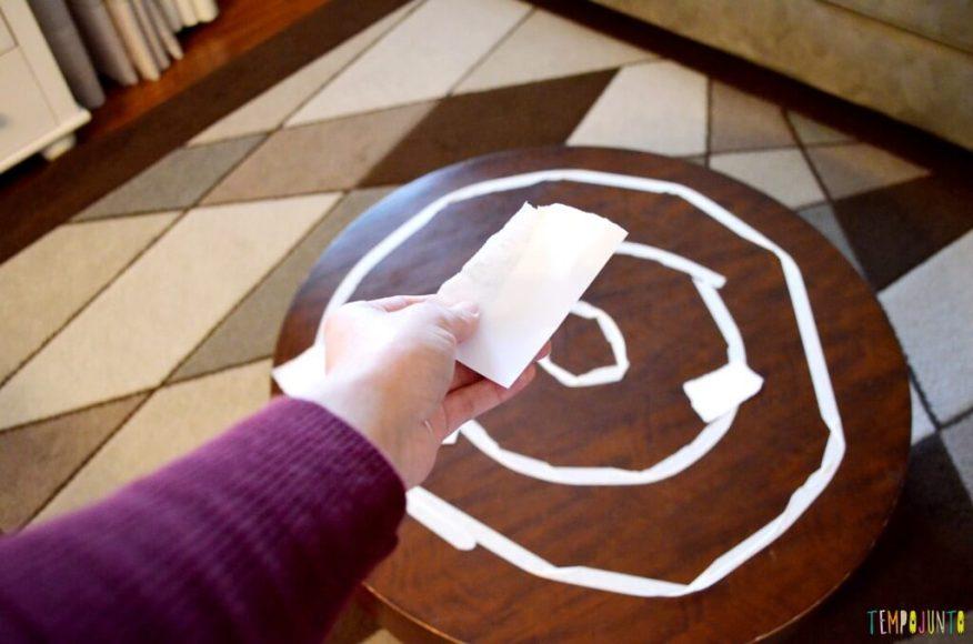 Um jeito diferente de jogar acerte o alvo_mao jogando pedaco de papel
