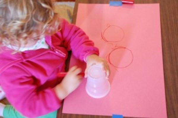 10 ideias de atividades com formas geométricas - contornar circulos