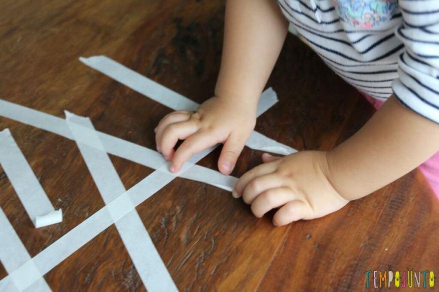 10 minutos para brincar com os filhos pequenos - dedinho tentando puxar a fita