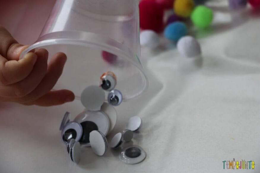 Arte para crianças pequenas - colagem no contact - derrubando os olhinhos