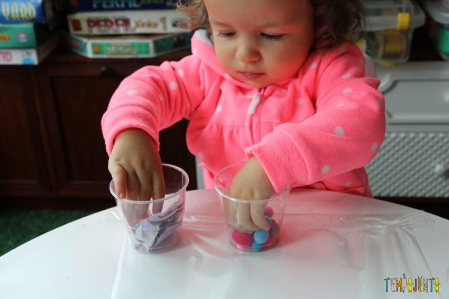 Arte para crianças pequenas - colagem no contact - gabe mexendo nos potinhos