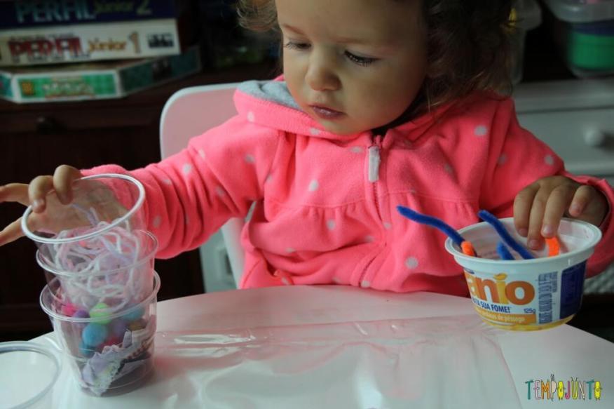 Arte para crianças pequenas - colagem no contact - gabi empilhando os potinhos