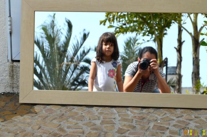 As descobertas incríveis ao brincar com seu filho no espelho - larissa e pat agachadas