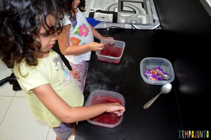 Brincar de cozinhar gelatina é simples e delicioso - mexendo a gelatina
