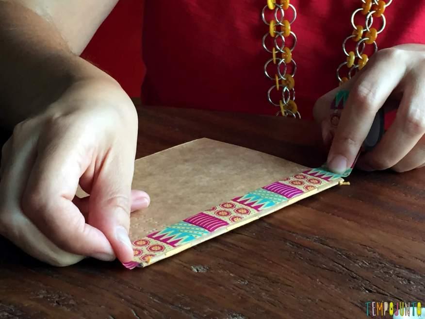 Presente artesanal para o Dia dos Professores - colocando fita colorida