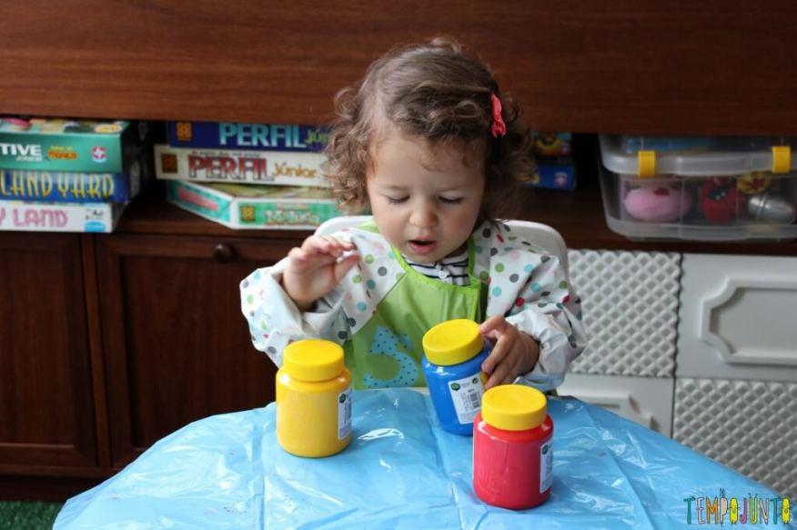 Atividade de artes para crianças pequenas - gabi com as tintas e avental