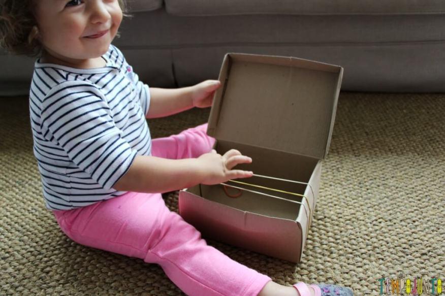 Como fazer um instrumento musical caseiro para os pequenos - gabi ouvindo o som