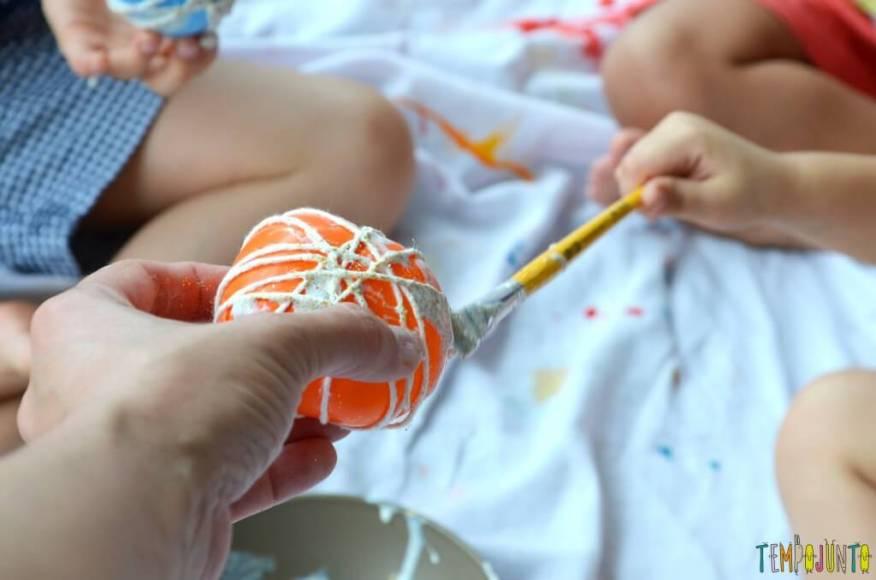Lembrança de Natal para fazer com as crianças - passando cola na bola 2
