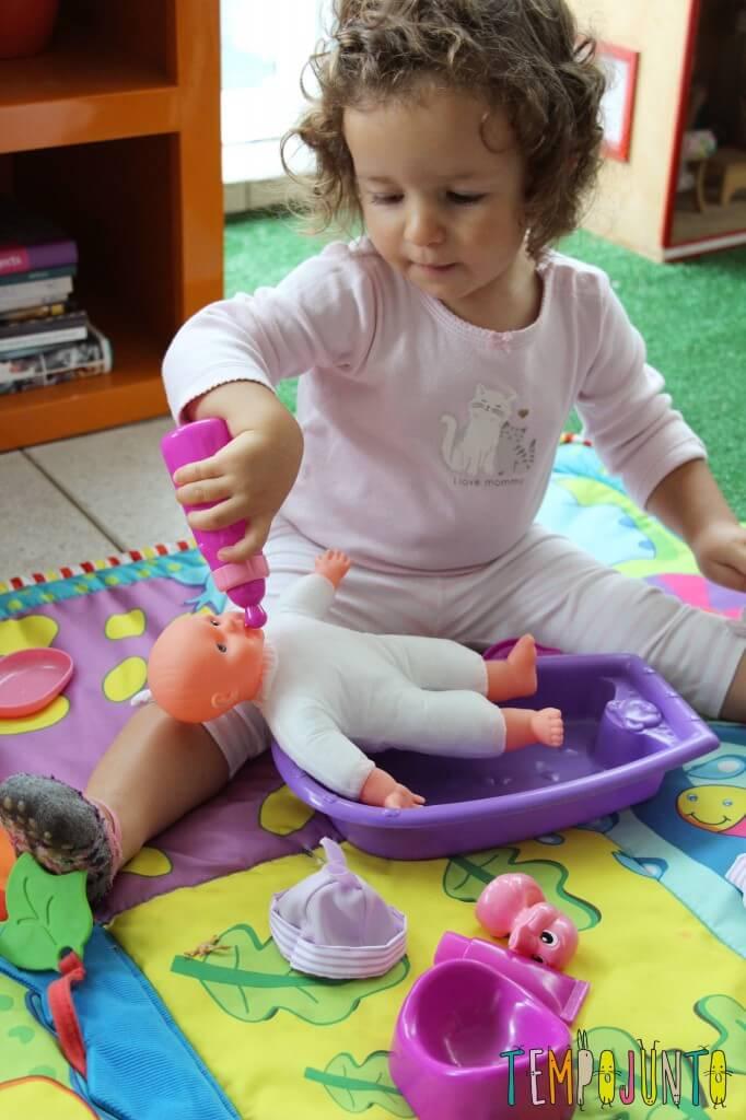 Quando começa a brincadeira de faz de conta - gabi dando mamadeira na boneca