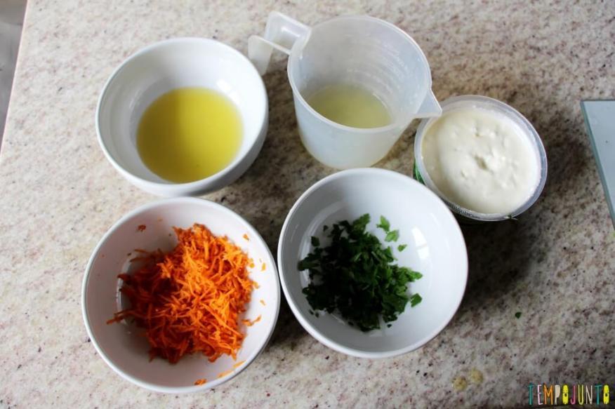 Receita fácil e saudável para fazer com as crianças - ingredientes arrumados nos potes