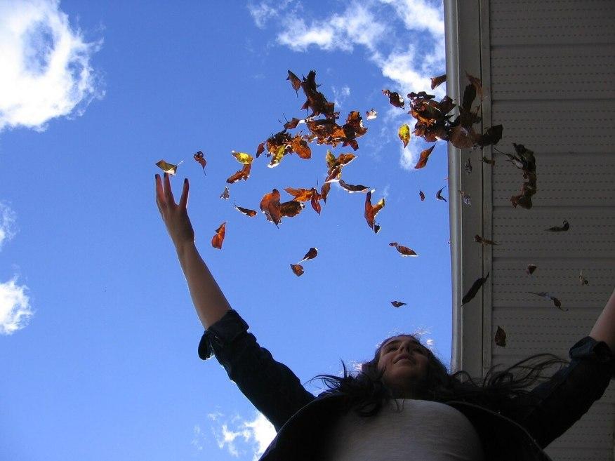 Se divertir com os filhos agarrando objetos flutuantes da natureza -jogando folhas