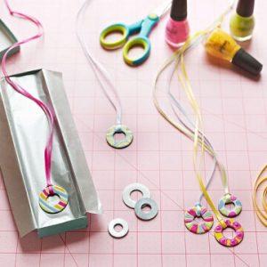 10 ideias de presentes para fazer com os filhos - Pingente de metal e esmalte__Foto Alexandra Grablewski