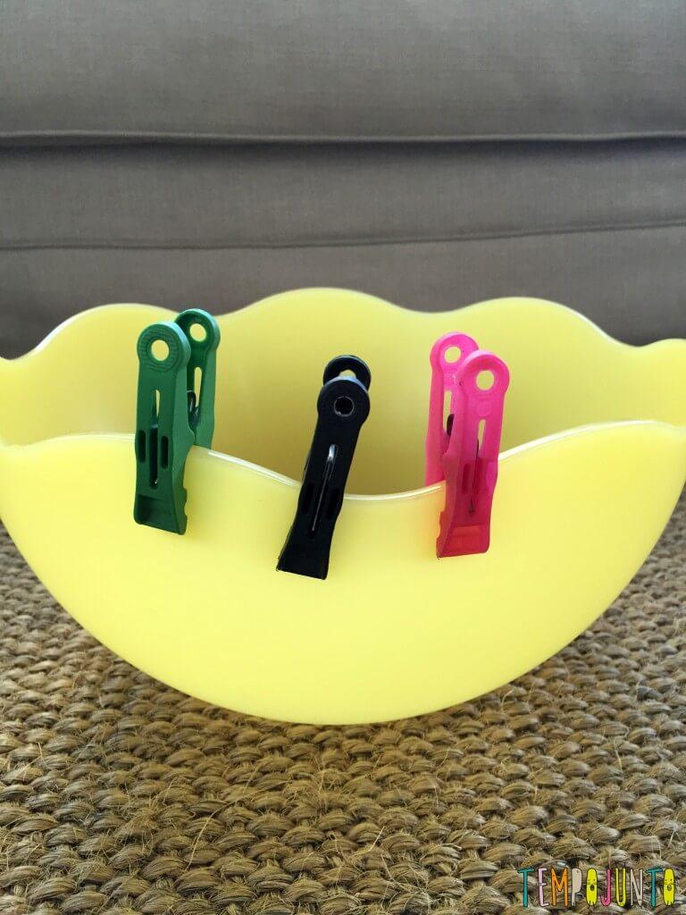 Brincadeira simples com materiais da casa - pregadores fixos na lateral da saladeira