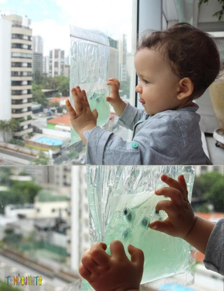 descoberta sensorial para bebês - Gabi com o saco