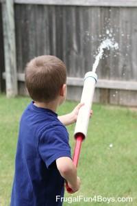 20 Brincadeiras refrescantes para um dia quente - lançador de agua
