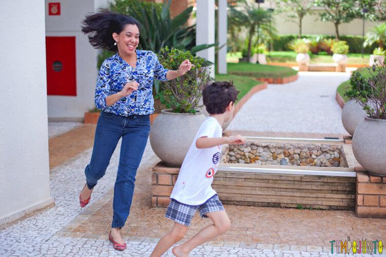Brincadeiras perfeitas para crianças agitadas e cheias de energia - pat correndo atras do henrique
