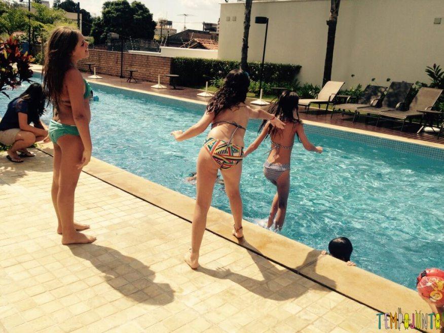 Brincar de A Palavra na Piscina e estimular o cérebro - menina pulando