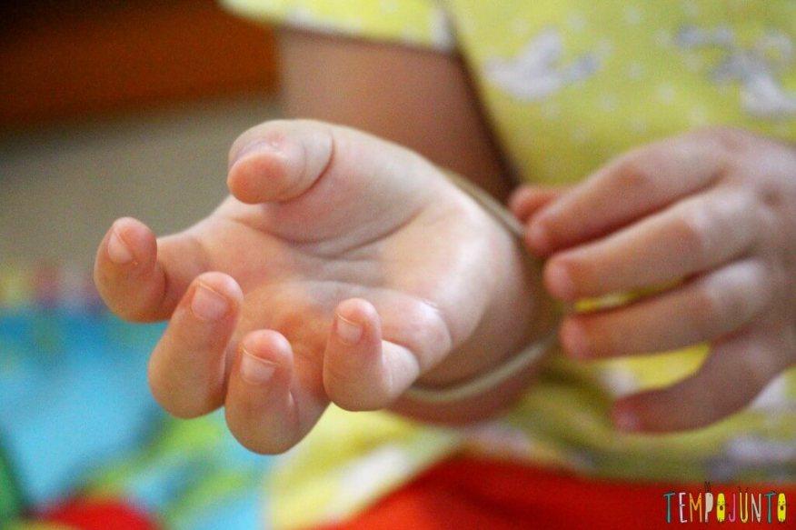 Como estimular a coordenação motora dos bebês - gabi com elastico no pulso
