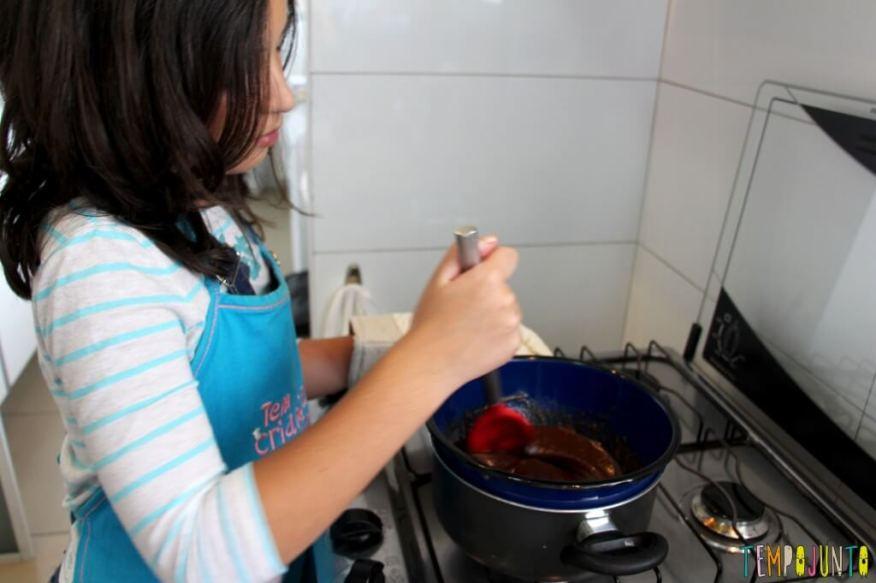 Sobremesa fácil de chocolate - derretendo o chocolate