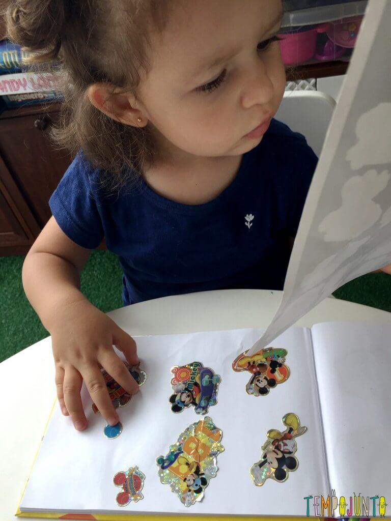 3 brincadeiras simples para crianças pequenas - gabi colando adesivo