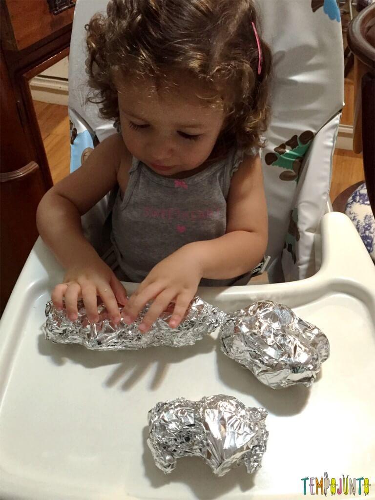 Como estimular a concentração dos filhos - gabi com os brinquedos embrulhados