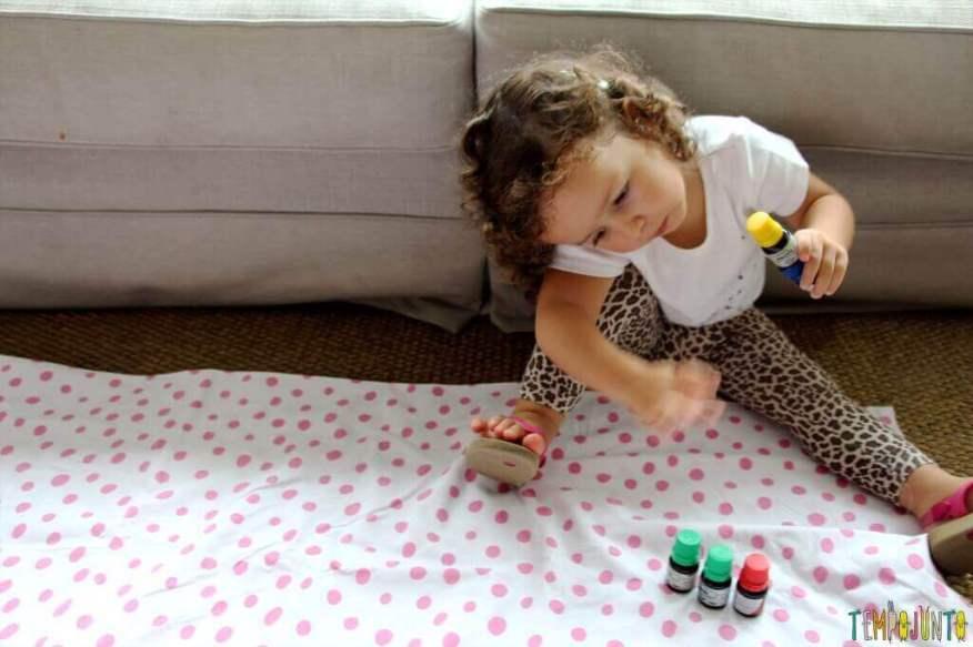 Como fazer areia caseira - gabi brincando com os corantes
