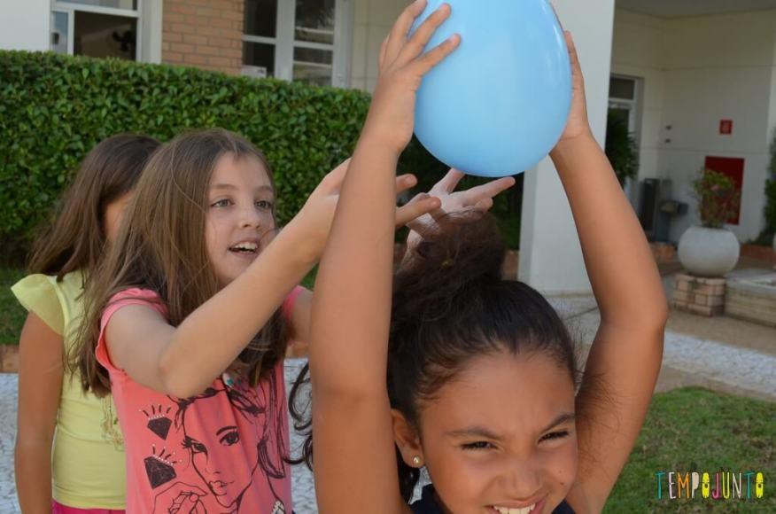 Passa Bexiga para estimular a coordenação - passando a bola por cima da cabeça com concentração