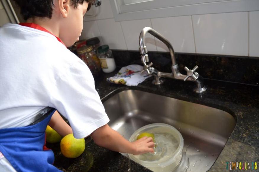 Quando o tempero nosso de cada dia vira brincadeira - henrique lavando laranja