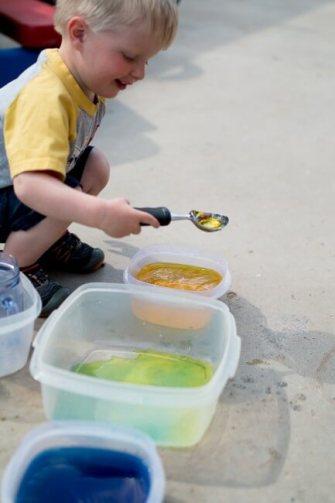Um dia de brincadeiras com seus filhos - agua colorida
