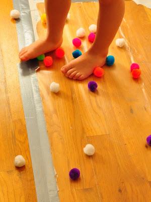 Um dia de brincadeiras com seus filhos - fita no chao