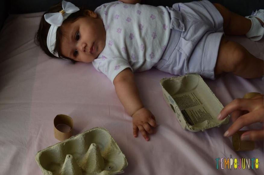 Uma caixa de ovos e muita brincadeira para os bebês - esticando o braço