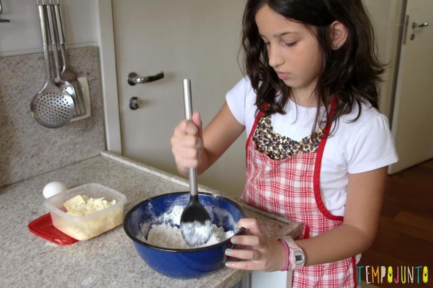 Receita de pão de queijo para fazer com as crianças - carol mexendo a massa