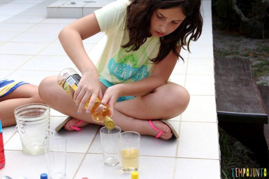 Surpreenda as crianças com uma brincadeira de ciências - carol colocando vinagre