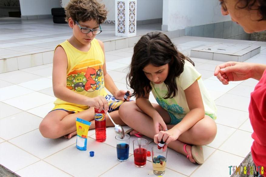 Surpreenda as crianças com uma brincadeira de ciencias - carol e pedro colocando corante 2