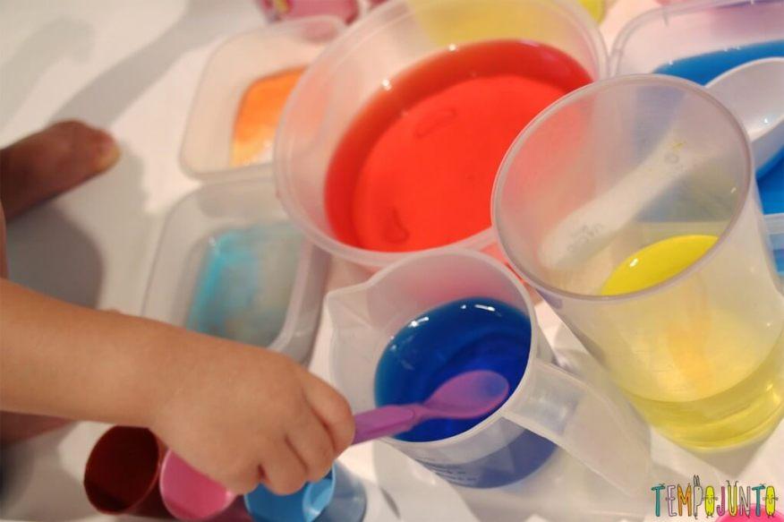 Uma atividade com água colorida que vai fazer a alegria dos pequenos - usando a colher