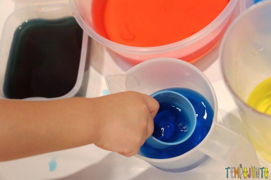 Uma atividade com água colorida que vai fazer a alegria dos pequenos - usando os potes