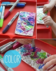 Cantinhos são formas incríveis de brincar e desenvolver a criatividade - cantinho com canetinha e papel aluminio