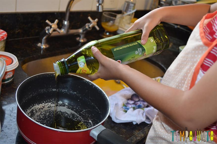 Da brincadeira surge um canapé e o arroz de cada dia - colocando azeite na panela