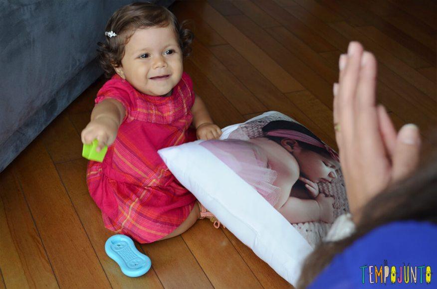 Mais um esconde esconde para estimular os bebês - achando o brinquedo