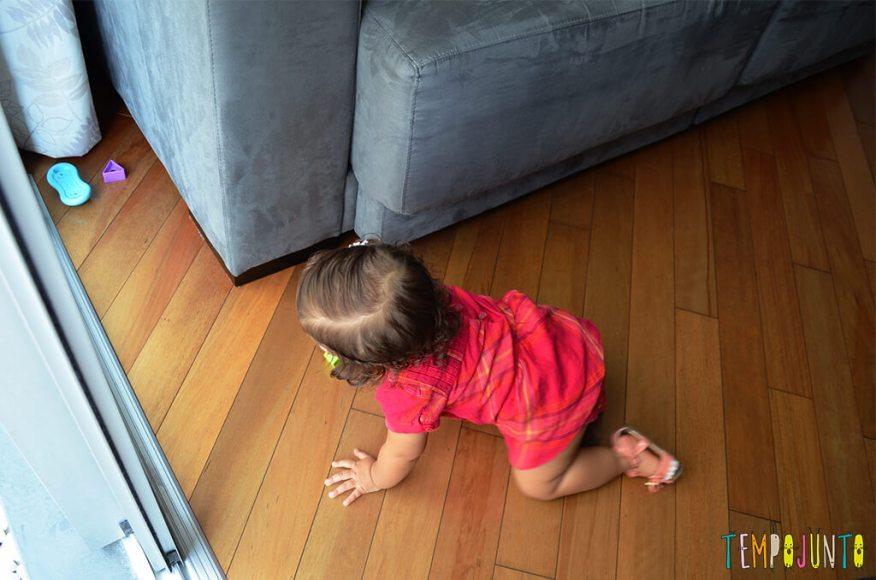 Mais um esconde esconde para estimular os bebês - procurando o brinquedo no sofa
