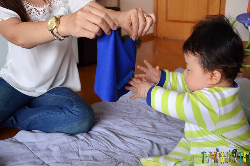 Rolinho de cabelo é um ótimo brinquedo para o bebê - felipe se esticando para alcançar o rolinho