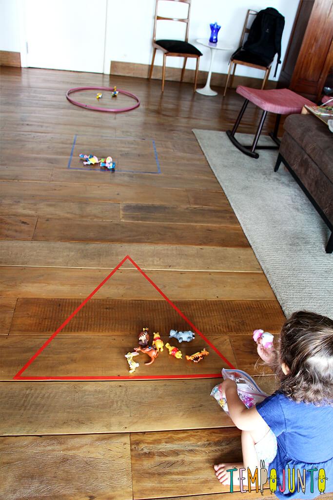 Um brincadeira para ensinar formas geométricas para os pequenos - a sala ficou assim