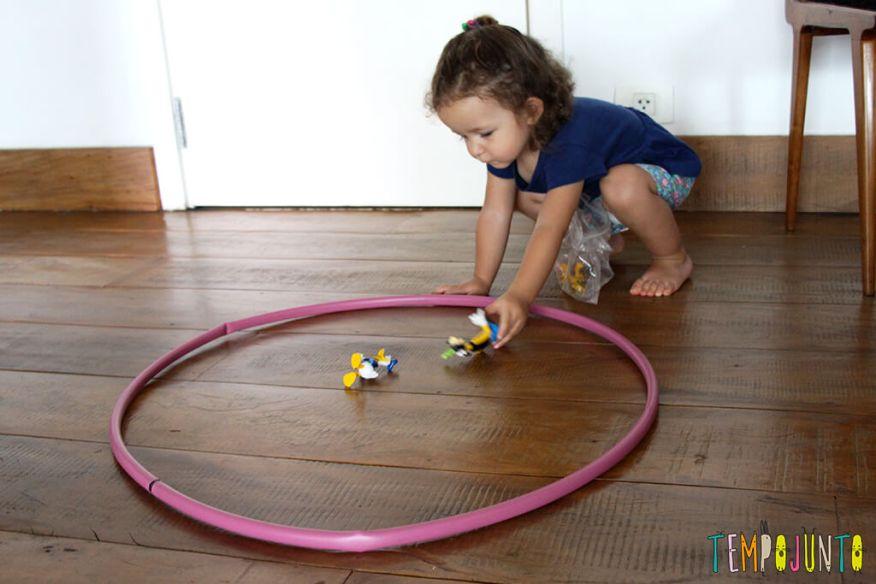 Um brincadeira para ensinar formas geométricas para os pequenos - gabi colocando os brinquedos no circulo