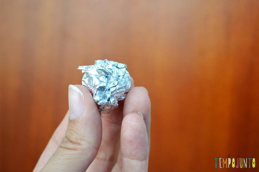 Um brinquedo caseiro fácil, divertido e que desafia a gravidade - bolinha de papel aluminio