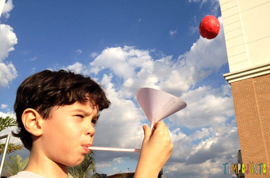 Um brinquedo caseiro fácil, divertido e que desafia a gravidade - henrique brincando