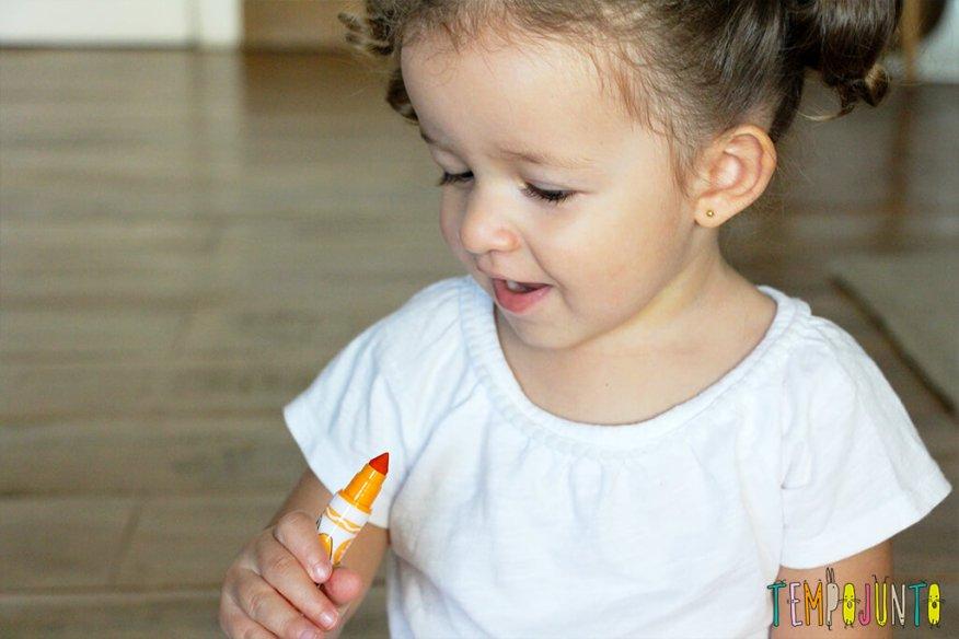 Vamos estimular a criatividade dos pequenos - gabi com canetinha laranja