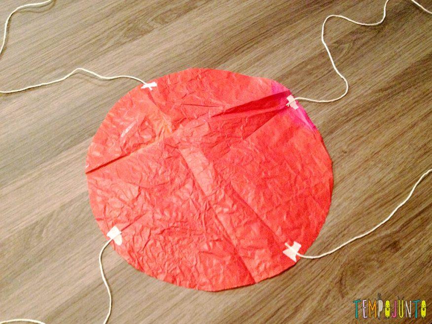 30 Brincadeiras de movimento para uma gincana que será um arraso - paraquedas com os barbantes
