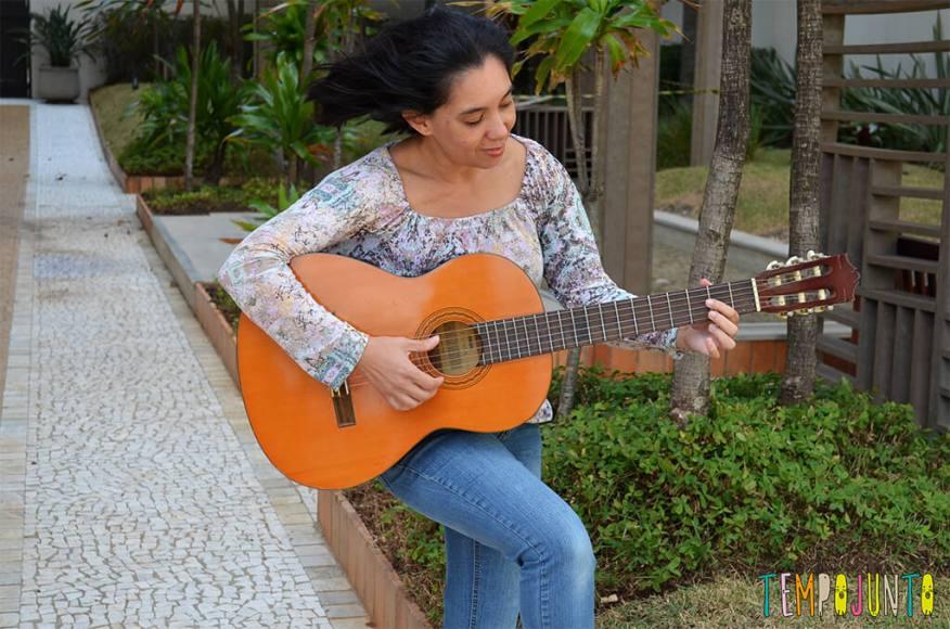 Músicas novas para animar as brincadeiras - tocando violão