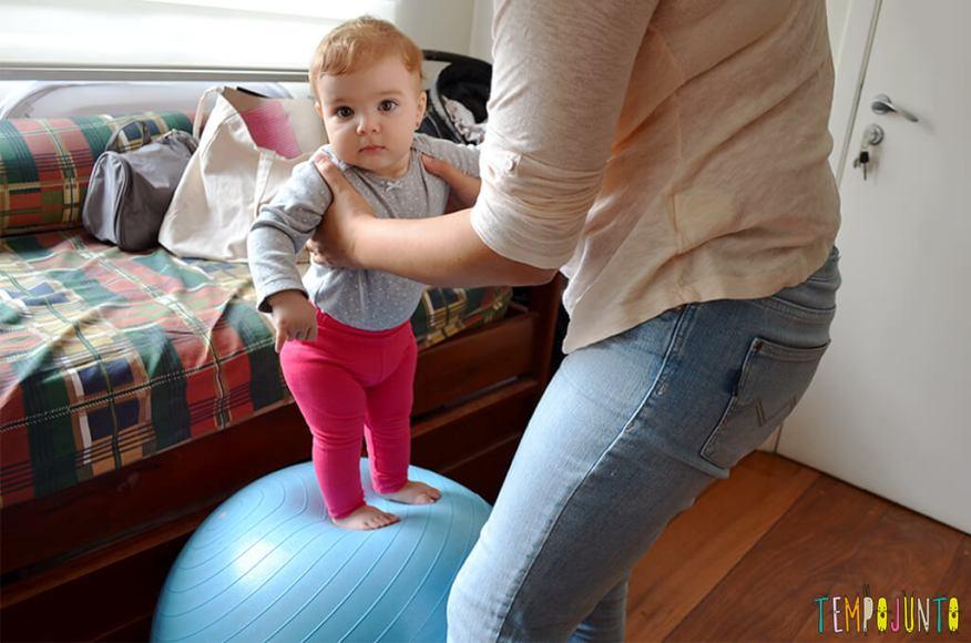 Uma bola de exercício e 5 brincadeiras fantásticas para seu bebê - bebê em cima da bola